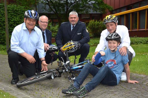 Hagen Jobi, Joachim Höller, Jürgen Poschner, Dr. Walter Schäfer und Maximilian Altz werben für den Fahrradhelm - Foto: Klinikum Oberberg GmbH