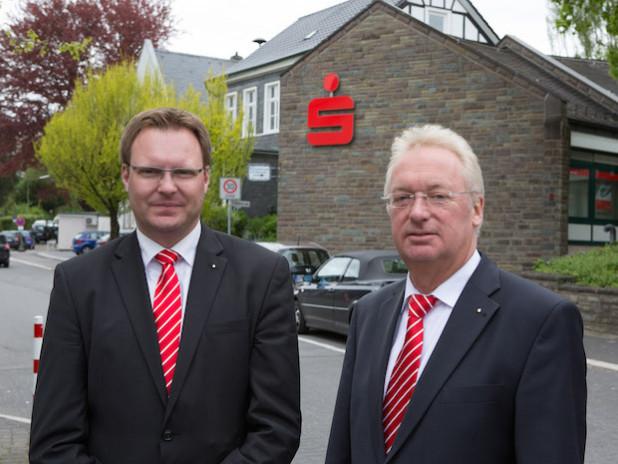 Rafael Niedung (links) ist Nachfolger von Guido Sax als Filialdirektor der Kreissparkasse Köln in Lindlar. - Quelle: Kreissparkasse Köln