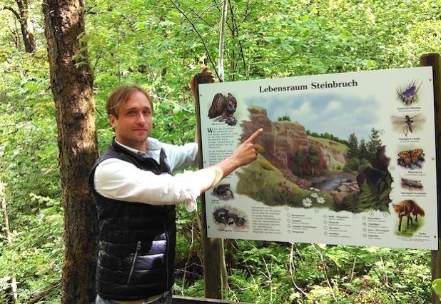 Stephan Halbach vor der neuen Infotafel - Foto: Gemeinde Lindlar