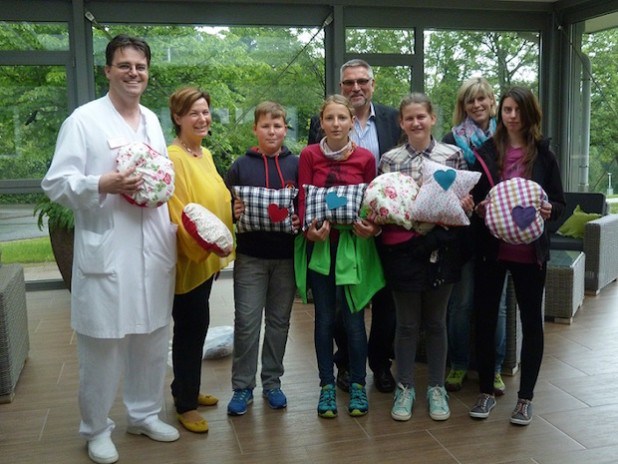 Übergabe der bunten Farbkleckse an Oberarzt Hr. Dr. Brandt (Foto: Privat)