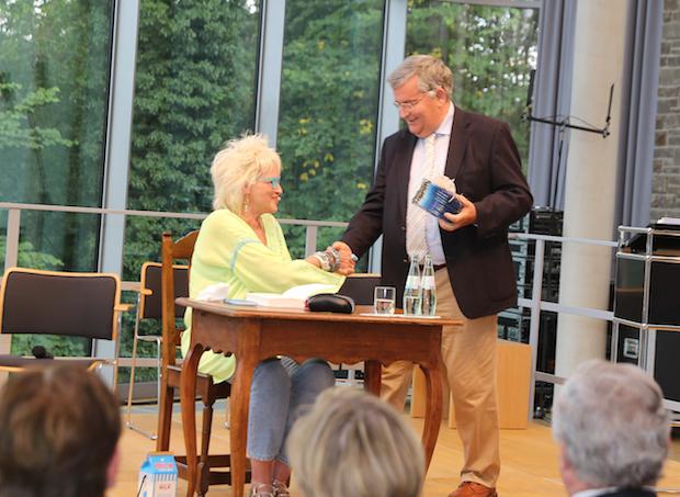 Photo of Schlagfertig und humorvoll: Gaby Köster spricht über ihren Schlaganfall