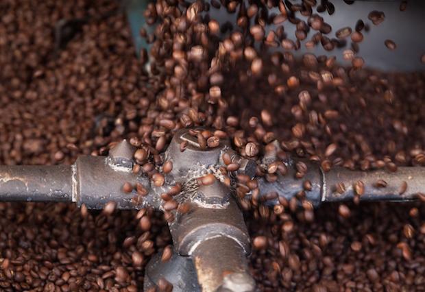 Eine langsame Röstung bei niedriger Temperatur lässt den Kaffee besonders mild werden. Foto: djd/Herbaria Kräuterparadies