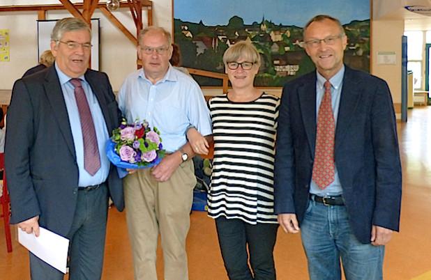 Zur Feier des 40-jährigen Dienstjubiläums von Hans-Peter Jonas gratulieren Landrat Hagen Jobi, Frau Konrektorin Dorothea Marquart und Schulleiter Joachim Schöpe (Foto: Helen-Keller-Schule).