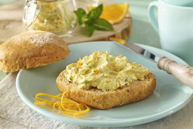 Soja-Brotaufstrich ist cholesterin- und laktosefrei und enthält viele gesunde, ungesättigte Fettsäuren. Foto: djd/www.sojola.de