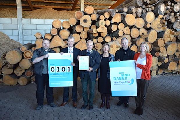 Dr. Heinrich Dornbusch, Vorsitzender Geschäftsführer der KlimaExpo.NRW (2.v.l.), übergab Kay Boenig, 1. Vorsitzender des ZebiO e.V. (3.v.l.), die Urkunde zur Aufnahme in die Expo (Foto: KlimaExpo.NRW).