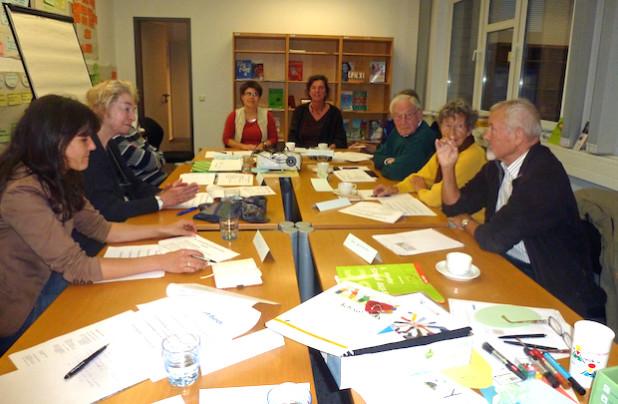 Ehrenamtlich tätige Sprachkursleiter tauschen sich im KI unter anderem über Erfahrungen mit Unterrichtsmethoden und Materialien aus (Foto: OBK).