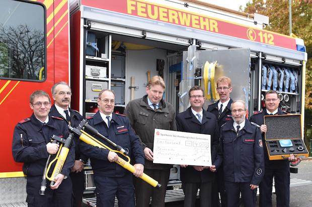 Photo of Roß übergab Spende an Feuerwehr
