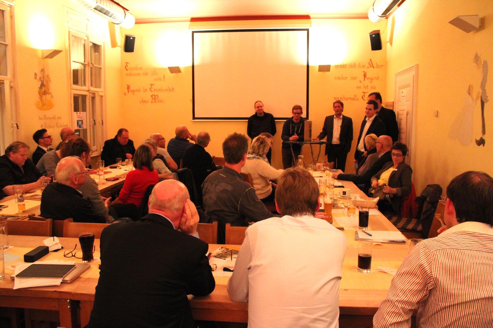 Großes Interesse gestern Abend im Gummersbacher Brauhaus. Wie möchte die IG Gummersbach ein gratis WLAN Netz realisieren? Foto: Sven Oliver Rüsche (sor)