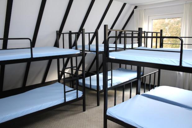Doppelstockbetten und Mehrbettzimmer sind für Alleinreisende vorgesehen. Familien werden gemeinsam untergebracht (Foto: OBK).