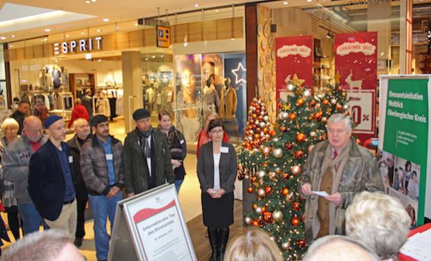 Sozialdezernent Dr. Jorg Nürmberger (r.) eröffnete die Veranstaltung im Forum Gummersbach (Foto: OBK).