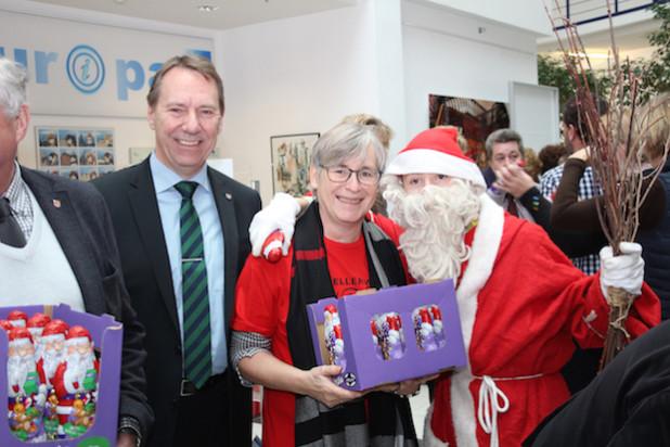 Landrat Jochen Hagt belohnte den Chor mit einer Schokoladenüberraschung. Der Weihnachtsmann unterstützte die Aktion (Foto: OBK).