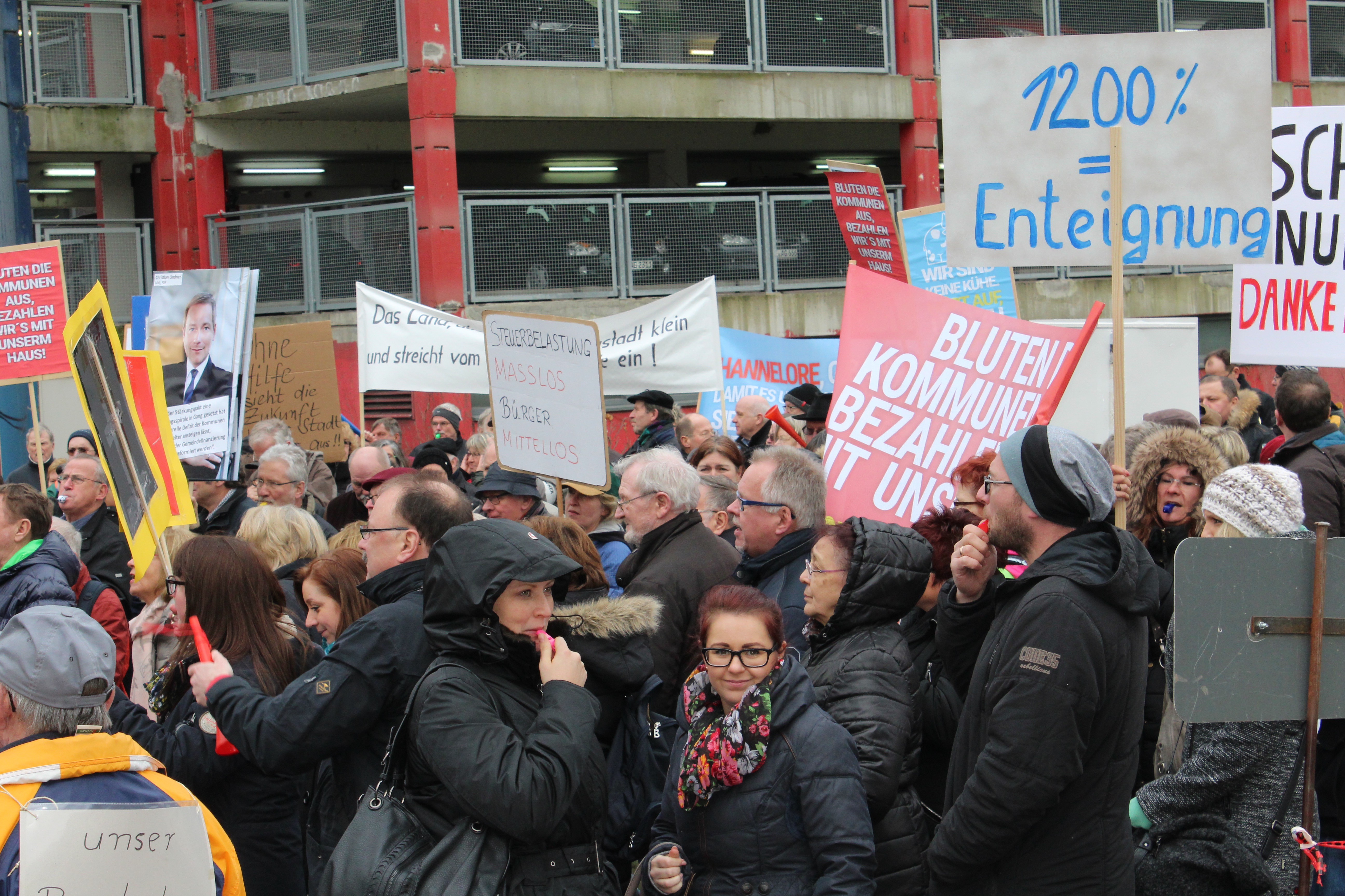 Photo of Bergneustadt: Massiver Grundsteuerprotest vor dem Landtag