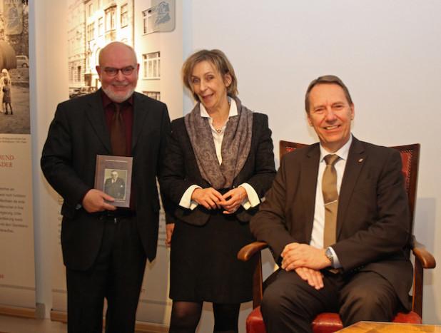 Kreisarchivar Gerhard Pomykaj, Museumsdirektorin Dr. Gudrun Sievers- Flägel und Landrat Jochen Hagt präsentierten in der Sonderausstellung auch Teile des Nachlasses des ehemaligen Landrats Dr. August Dresbach (Foto: OBK).