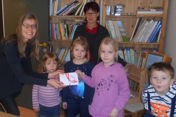 Spende an das Kinderhospiz: Die Kinder und Kita-Leiterin Petra Fuchs (hinten) übergaben ihre Spende an Nicole Binnewitt (links) vom Kinderhospiz Balthasar in Olpe - Foto: Johanniter-Unfall-Hilfe e.V.