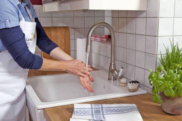 Beim Zubereiten frischer Lebensmittel sollte man auch zwischen den Arbeitsgängen das Händewaschen nicht vergessen. Foto: djd/qs-live.de