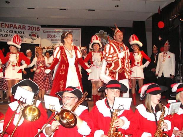 Das Denklinger Prinzenpaar und der Musikverein Lichtenberg (Foto: Juppi Steinfort)