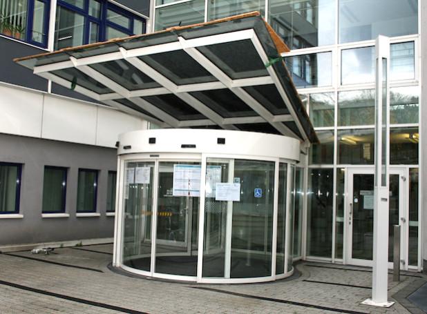 Auch an den Eingängen der Verwaltungsgebäude wird auf die Öffnungszeiten an Karneval hingewiesen (Foto: OBK).
