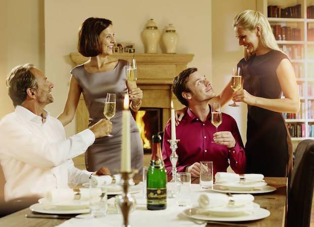Paare können sich am Valentinstag mit einem feinen Menü und einem edlen Sekt überraschen. Foto: djd/www.rotkaeppchen.de