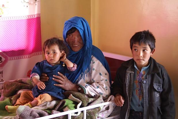 Zahara I. mit ihren Kindern im Krankenhaus von Panjau (Foto: Sabine Ludwig/DAHW).
