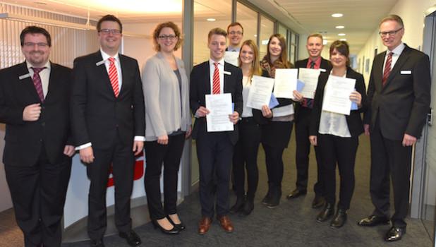 Glückwunsch durch Vorstand und Personalrat an die ehemaligen Auszubildenden zur bestandenen Prüfung am 20. Januar 2016 - Foto: Wolfgang Abegg (Sparkasse Wiehl).