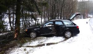 Marienheide: Mit gestohlenem PKW vor Baum geprallt