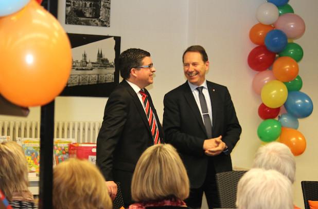 Landrat Jochen Hagt (r.) und Bürgermeister Frank Helmenstein setzen sich gemeinsam für den gesicherten Fortbestand der Bibliothek ein (Foto: OBK).