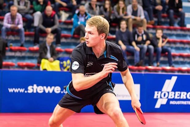 Benedikt Duda möchte seine klare 0:3-Niederlage gegen Pitchford aus dem Hinspiel wettmachen (Quelle: Carsten Bosch/TTC Schwalbe Bergneustadt).