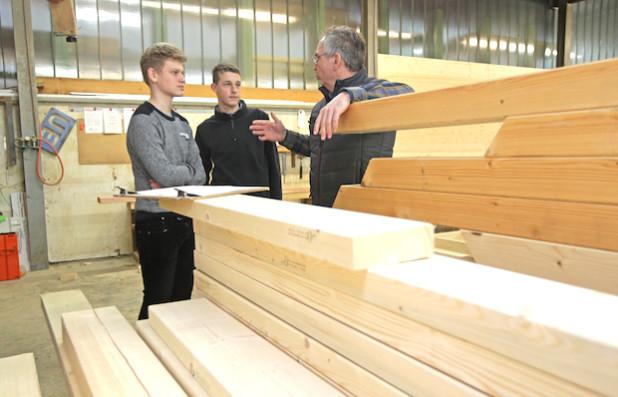 Im Gespräch mit Bert Ueberberg (r.) erfuhren die Schüler mehr über das Zimmerhandwerk (Foto: OBK).