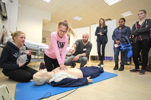 Die Reanimation wurde im im Gesundheits- und Bildungszentrum Oberberg geübt (Foto: OBK).