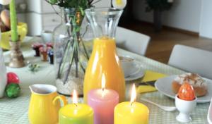 Auf die Hasen, fertig, los Kerzen stehen für die frühlingsfrische Deko an Ostern