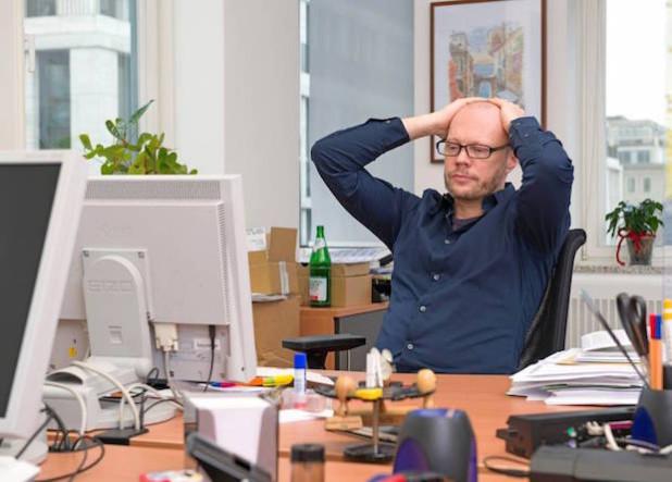 Täglich geht eine Vielzahl von Informationen am Arbeitsplatz ein - auf Dauer kann dies bei vielen Menschen Stress auslösen und in der Folge zu Rückenbeschwerden führen (Foto: djd/DGUV).