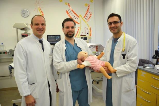 Dr. Roland Adelmann (Chefarzt der Kinderklinik), Oberarzt Dr. Guido Weißhaar, Kinderarzt Abdel Wahed Alwan, Schatzmeister des Fördervereins der Kinderklinik (Quelle: Klinikum Oberberg GmbH)