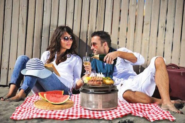 Entspanntes Grillen ganz ohne Rauchzeichen: Mit den richtigen Kniffen wird das BBQ zu einer gesunden Angelegenheit. Foto: djd/www.cobb-grill.de