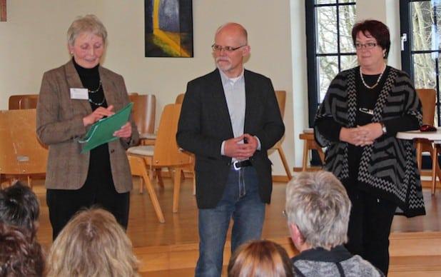 Sigrid Ritzmann-Striss vom KI (v.l.), Dieter Brüser(Freundekreis Asyl Waldbröl) und die Referentin Heike Veit begrüßten die Teilnehmergruppe im CVJM-Vereinshaus Waldbröl-Lützingen. (Foto: OBK)