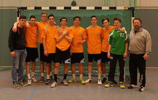 Die Mannschaft mit Betreuer Günter Truetsch (rechts) nach dem Sieg (Foto: Wolfgang Krug, Quelle: Gesamtschule Marienheide)