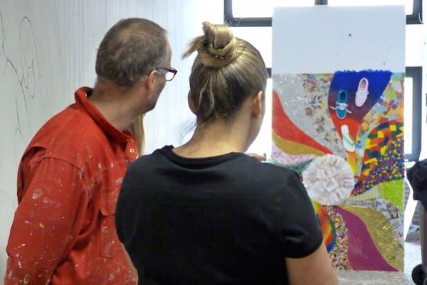 Christina Amort und Holger Kuske betrachten fast fertiges Werk einer Schülerin (Quelle: Gesamtschule Waldbröl)