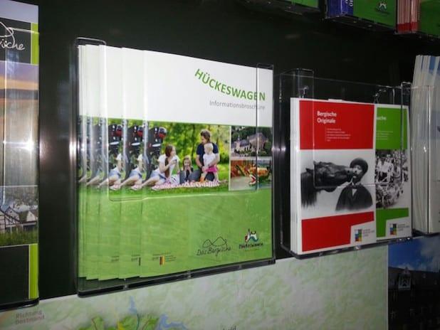 Die neue Broschüre im Prospektständer im Bürgerbüro (Quelle:  Heike Rösner)