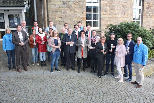 Das Organisationsteam präsentierte gemeinsam mit Vertretern der Sponsoren und Unterstützern die Pokale: (v.l.) Andrea Sax (Lindlar läuft), Hendrik Höller, Michael Dlusniewski (beide Autohaus Heitmeyer), Ingrid Brück, Peter Wolf, Nicole Brück (alle DB forma GmbH), Renate Groneuer (Reloga), Marcel Hoenerbach (Neuland), Anika Buchheim (Lang AG), Joachim Stölzel (Deutschorden Pfarrer-Braun-Haus), Christoph Pinner (Siebei-Druck), Frank Peffekoven (Quirrenbach), Samuel Fragen (Kreissparkasse), Sebastian Hinterding, Bodo Lorsch (beide Lindlar läuft), Elke und Tanja Friedrich (Industriedruck Friedrich), Rafael Niederung (Kreissparkasse), Eva Claudi (Lang AG), Tanja Sommerauer (S+C), Marius Lubetzki (Neuland), Birgit Pauquet (Holz Richter), Lars Niemczewski (S+C) und Moderator Armin  Brückmann. (Quelle: Lindlar läuft)