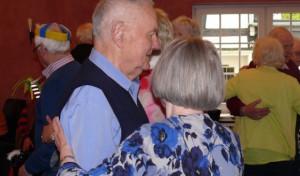 Lebenslust beim Tanz in den Mai – trotz Alter oder Demenz