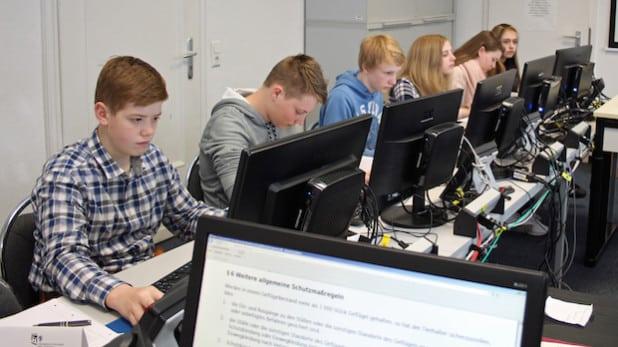 Bei der Berufsfelderkundung in der Kreisverwaltung nahm die Schülergruppe auch im Computerraum Platz, um Pressemitteilungen zu verfassen. (Foto: OBK)