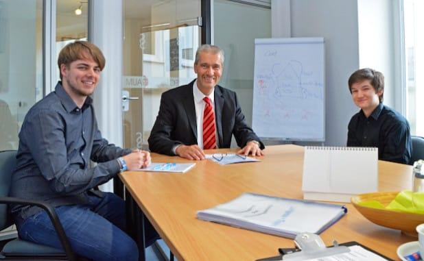 Der Auszubildende Robin Kormannshaus (v.l.) und Steuerberater Matthias Thunich begrüßen Finn Lorenz in der Kanzlei Lüttgenau + Thunich.(Foto: OBK)