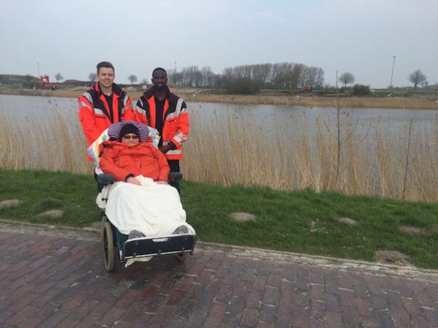 BFDler Justin Wagner (links) und FSJler Emanuel Kamanayo (rechts) haben die Hospizbewohnerin Cordula Jürges bei ihrer Reise nach Horumersiel-Schillig in Ostfriesland begleitet. Foto: Johanniter/Svenja Jäger