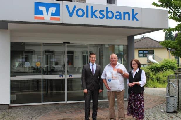 Mit Jürgen Meyer freuen sich Sebastian Vogt (l.) und Martina Sülzer (r.). (Quelle: Volksbank im Märkischen Kreis eG)