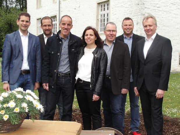 Die designierten neuen Tolliäten im Kreise des Vorstandes der KG Rot-Weiß (Quelle: Juppi Steinfort)