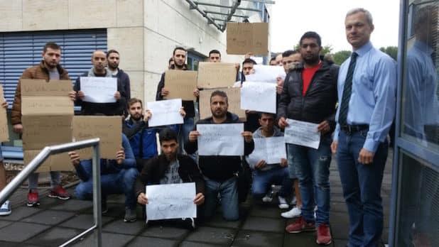 Die demonstrierenden Flüchtlinge mit Bürgermeister Dr. Georg Ludwig (rechts) am Rathaus der Gemeinde Lindlar. (Quelle: Gemeinde Lindlar)