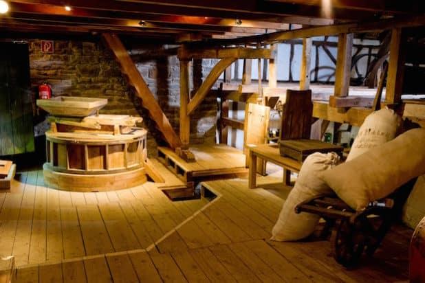 """Die Gaderother Mühle auf Schloss Homburg zeigt, wie """"Anno dazumal"""" Mehl hergestellt wurde. (Foto: Stefan Arendt; LVR)"""