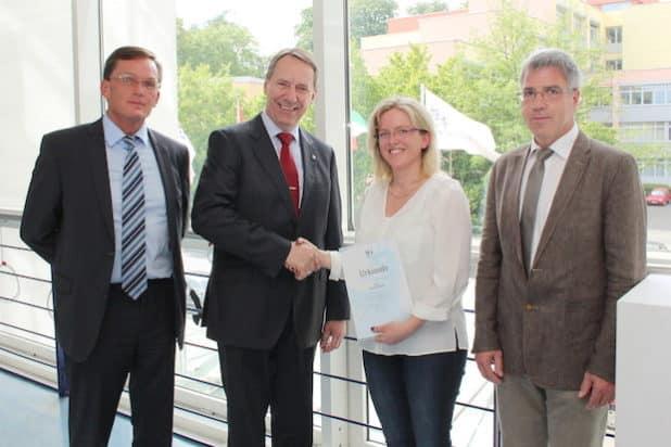 Frank Bansen (stellv. Geschäftsführer Jobcenter Oberberg), Jochen Hagt (Landrat) und Dietmar Kascha (Amtsleiter Soziale Angelegenheiten) gratulierten Antje Kleine. (Foto: OBK)