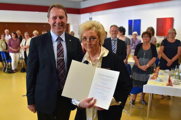 """Photo of Gummersbach: Bundesverdienstkreuz für Edda Puhl – """"Eine zutiefst solidarische Frau"""""""