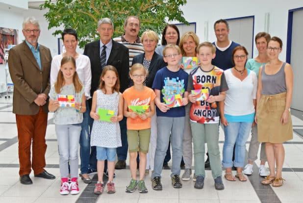 Die erfolgreichen Mathe-Asse mit ihren stolzen Eltern und Lehrern, den Vertretern des Oberbergischen Kreises und den Wettbewerbs- Koordinatoren für den Oberbergischen Kreis. (Foto: OBK)