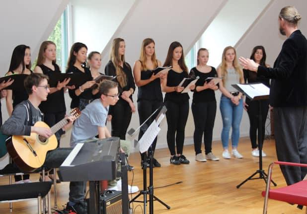 Der Schulchor des Diertrich-Bonhoeffer-Gymnasiums begleitete die Feierstunde in Wiehl. (Foto: OBK)
